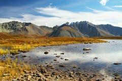 Ciel bleu, lac et montagnes. Images libres de droits