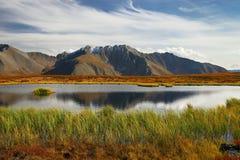 Ciel bleu, lac et montagnes. photos libres de droits