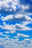 Ciel bleu le jour ensoleillé Images libres de droits