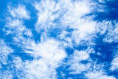 Ciel bleu lumineux avec des nuages Images stock