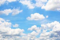 Ciel bleu lumineux avec des nuages photographie stock libre de droits