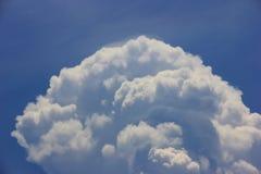 Ciel bleu lumineux avec la belle formation pelucheuse blanche de cumulus le jour ensoleill? pour le fond et le papier peint de co photographie stock libre de droits