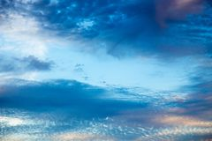 Ciel bleu lumineux avec les cumulus doux Ciel rose de vanille Fond naturel d'?t? et de ressort photos libres de droits