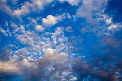 Ciel bleu lumineux avec les cumulus doux Ciel rose de vanille Fond naturel d'?t? et de ressort photographie stock