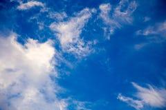 Ciel bleu lumineux avec les cumulus doux Ciel rose de vanille Fond naturel d'?t? et de ressort photo libre de droits