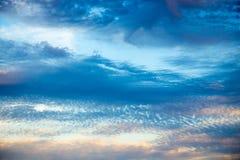 Ciel bleu lumineux avec les cumulus doux Ciel rose de vanille Fond naturel d'?t? et de ressort image stock