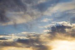 Ciel bleu lumineux avec les cumulus doux Ciel rose de vanille Fond naturel d'?t? et de ressort photos stock