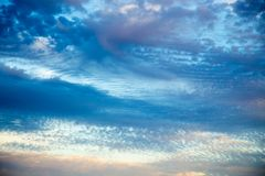 Ciel bleu lumineux avec les cumulus doux Ciel rose de vanille Fond naturel d'?t? et de ressort photo stock