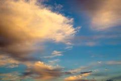 Ciel bleu lumineux avec les cumulus doux Ciel rose de vanille Fond naturel d'?t? et de ressort images libres de droits