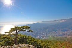 Ciel bleu, mer bleue, le soleil lumineux, la station touristique de Yalta Images stock