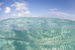 Ciel bleu, mer des Caraïbes, et sable blanc Photos libres de droits