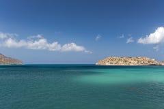 Ciel bleu, mer et île Images libres de droits