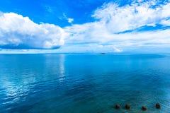 Ciel bleu, mer et quatre pierres à l'océan de l'Okinawa Images libres de droits