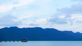 Ciel bleu, montagne et lac paisible Photos stock