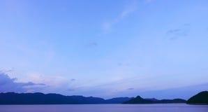 Ciel bleu, montagne et lac paisible Images stock