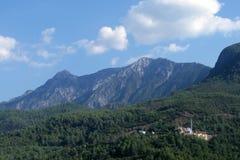 Ciel bleu, montagnes et forêt photos stock