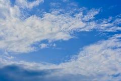 Ciel bleu, nuages blancs Photos stock