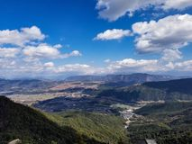 Ciel bleu, nuages blancs et montagnes images stock