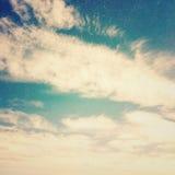 Ciel bleu, nuages et fond clair du soleil Image libre de droits