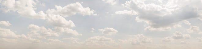 Ciel bleu, nuages et lumière du soleil Photos libres de droits