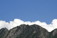 Ciel bleu, nuages et montagnes Images stock