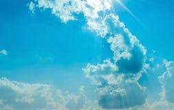 Ciel bleu nuageux Images libres de droits