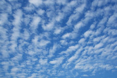 Ciel bleu nuageux Image libre de droits