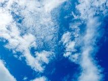 Ciel bleu nuageux Images stock