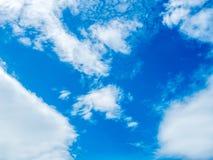 Ciel bleu nuageux Photos stock