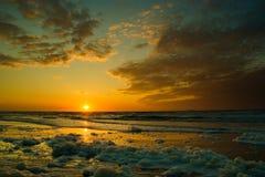 Ciel bleu nuageux de coucher du soleil au-dessus de l'océan images stock