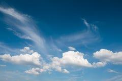 Ciel bleu nuageux dramatique Beau fond de nature Image stock