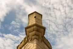 Ciel bleu nuageux et détail symétrique de bâtiment Photo stock