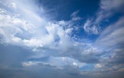 Ciel bleu nuageux. Fond bleu de ciel de beauté Photo libre de droits
