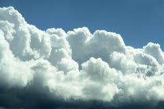 Ciel bleu orageux blanc de nuages   Image stock