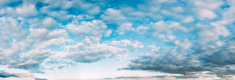 Ciel bleu, orange et jaune lumineux de coucher du soleil de couleurs Panorama de ciel nuageux photos stock