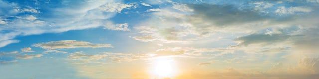 Ciel bleu panoramique de couleur vibrante avec le nuage blanc image libre de droits