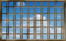 Ciel bleu par les bars photo libre de droits