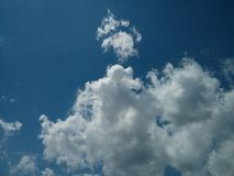 Ciel bleu parfait avec les nuages blancs Photo libre de droits