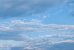 Ciel bleu parfait dans le jour nuageux avant pluvieux Image stock