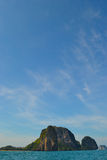 Ciel bleu près de l'île Photos stock