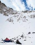 Ciel bleu profond avec des cliuds au-dessus de montagne Photo stock