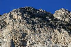 Ciel bleu profond contre des roches de désert Photographie stock