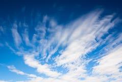 Ciel bleu profond dramatique avec les nuages rayés Photographie stock