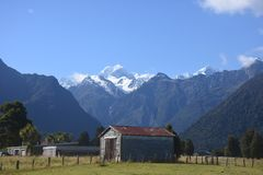 Ciel bleu rural de Shack de ferme de vert de montagne photo stock