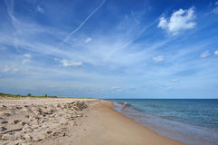 Ciel bleu sans fin au-dessus de bord de la mer calme Images stock
