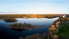 Ciel bleu se reflétant dans un lac Images libres de droits