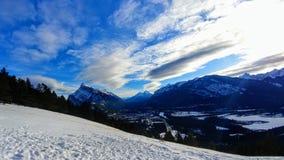 Ciel bleu sur la montagne congelée Alberta images stock