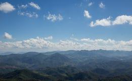 Ciel bleu sur le paysage de montagne Photo libre de droits