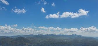 Ciel bleu sur le paysage de montagne Images libres de droits