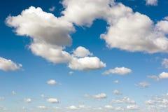 Ciel bleu vibrant avec les nuages blancs Beau fond de nature images stock